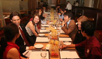 Students enjoying dinner with an alum at a Trojan SCupper